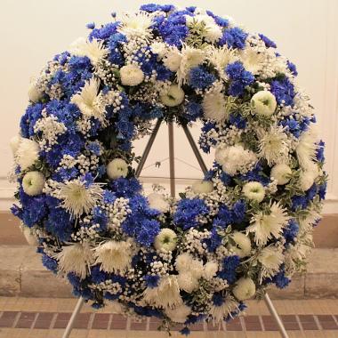 Trauerkranz Blau in Weiß